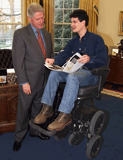 那个发明平衡车的人现在坐在轮椅上和丰田谈话呢-唯轮网