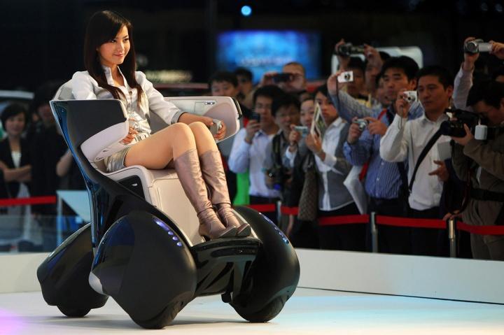 那个发明平衡车的人现在坐在轮椅上和丰田谈话呢-Wheelive唯轮网