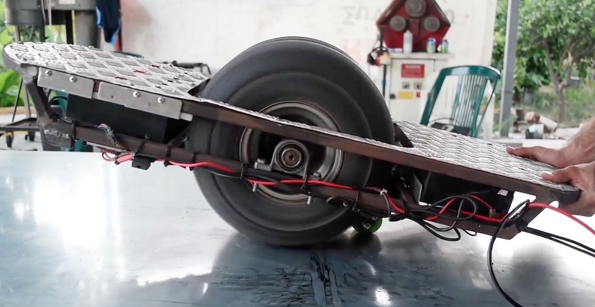 【Wheelive视野】技术大神用一堆破铜烂铁DIY成一台电动独轮滑板