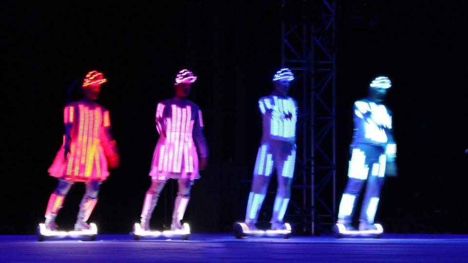 【惊叹】闪耀的创意,来自英国舞团的扭扭车荧光舞-唯轮网