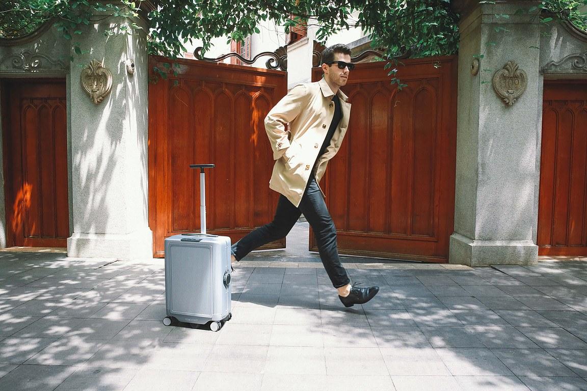 你再也不用自己提行李箱了,因为它会自动跟着你走。