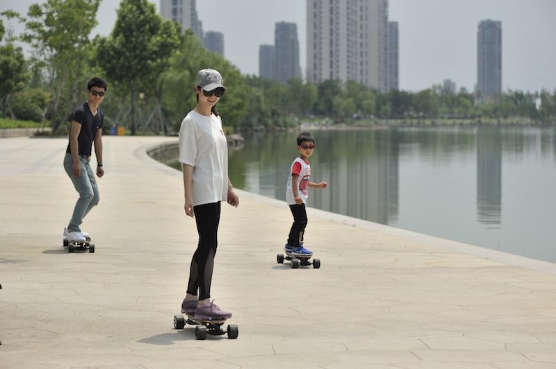 想让骑行更炫酷?这款自带光效的逸君子HIGTOP体感滑板,让你成为街头主角-唯轮网