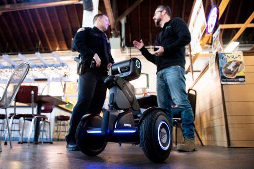 segway的loomo机器人在与美国警察进行安防协作测试-唯轮网